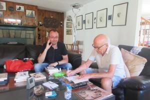 В гостях у Юза Алешковского. После съемки Юз Алешковский оставил автографы на своих книгах.