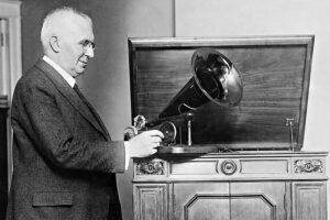 Эмиль Берлинер со своим изобретением.